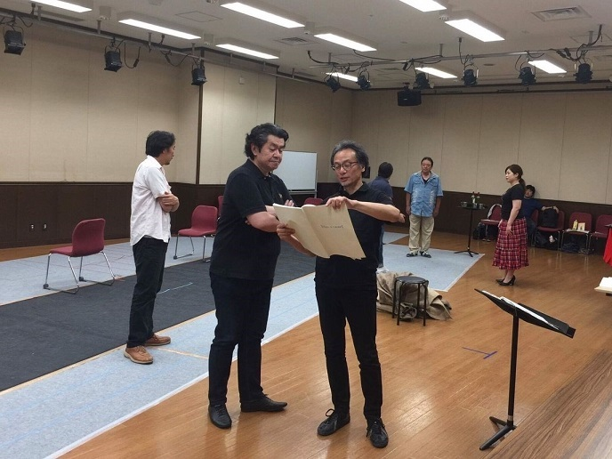 「外套」のルイージ役 千代崎元昭さんにスコアを示して話すマエストロ。 提供:みつなかホール