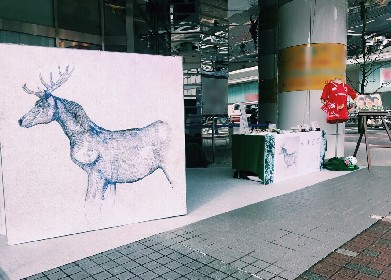 """米津玄師、「馬と鹿」展示企画""""旅するデカジャケ""""が調布パルコで開催"""