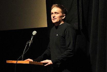 雪山ナチス・ゾンビの奇才がシリアスなディストピア映画を手がけたワケ 『セブン・シスターズ』トミー・ウィルコラ監督インタビュー