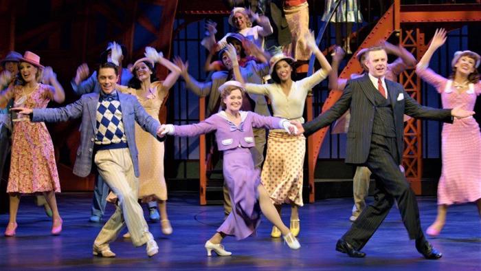 〈ブロードウェイの子守歌〉を歌い踊る、左からビリー役のフィリップ・バーティオーリ、ハルス、演出家ジュリアンを演じるトム・リスター ©Brinkhoff/Mogenburg