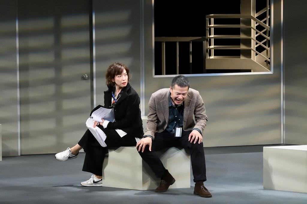 二兎社公演『ザ・空気』左から、若村麻由美、田中哲司。 撮影/本間伸彦