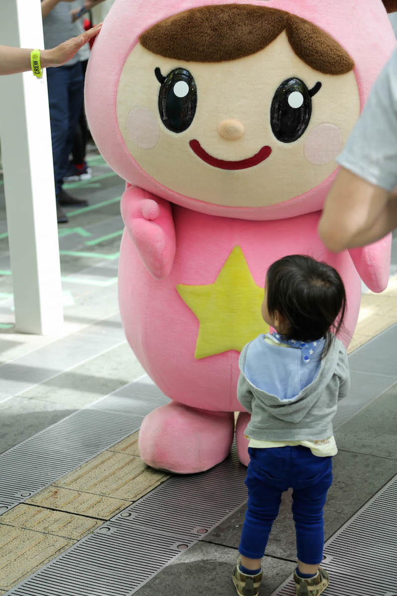 ふわっぴー(ピンクの方)にやたらと興味を示す子