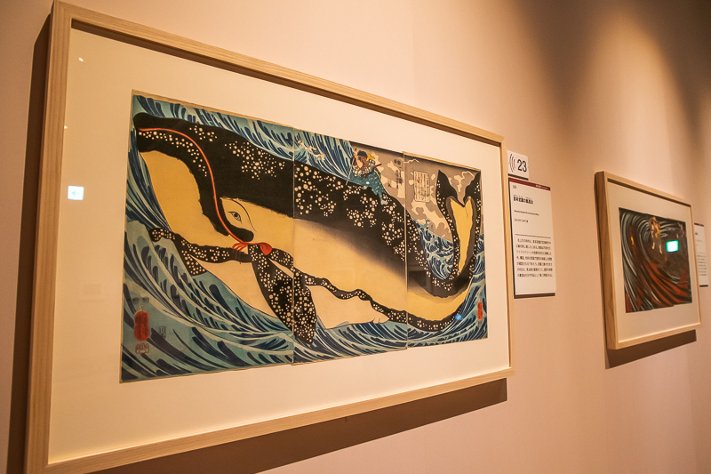 展示風景。浮世絵3枚を横に並べ、一つのモチーフを全面に描いている。