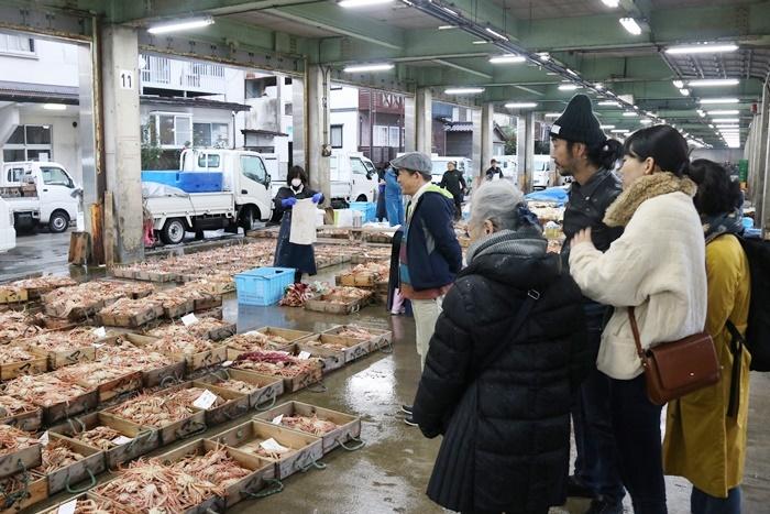 『笑顔の砦』関係者たちが、競り見学に行った時の様子。「漁師の方たちを間近に見たり話したりすることで、よりリアリティーが出てくるはず」とタニノ。 [撮影]吉田雄一郎