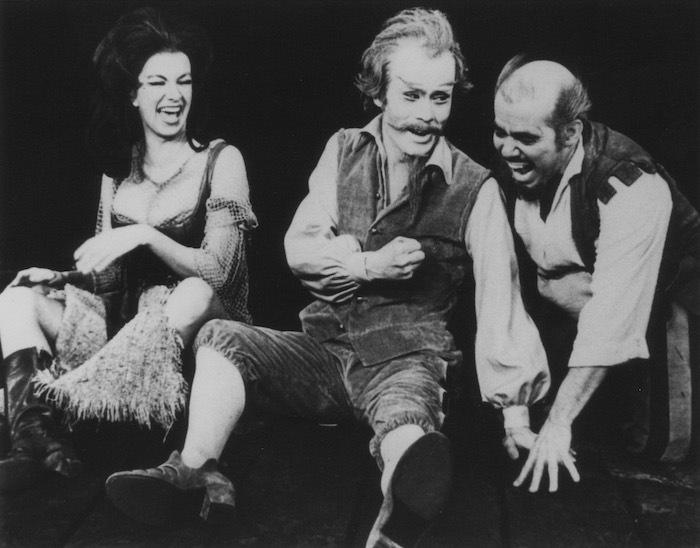 日本初演の翌年1970年、日本人として初めてブロードウェイから招待を受けて、名門マーチンベック劇場にて全編英語のセリフで計60ステージに立つ。 東宝提供