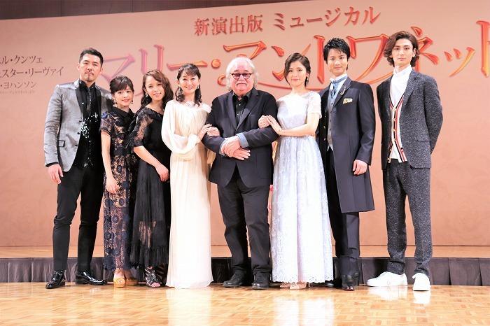 (左から)吉原光夫、昆夏美、ソニン、花總まり、シルヴェスター・リーヴァイ、笹本玲奈、田代万里生、古川雄大