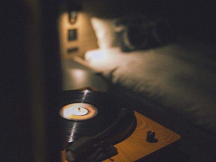 客室には全室レコードプレイヤーを完備。