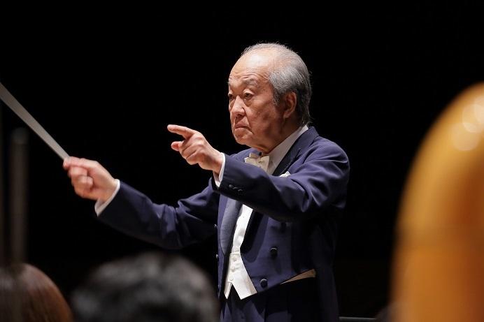 日本指揮者界の重鎮 外山雄三がこれまでの経験を踏まえ様々なアドバイスを与える。 (C)飯島隆