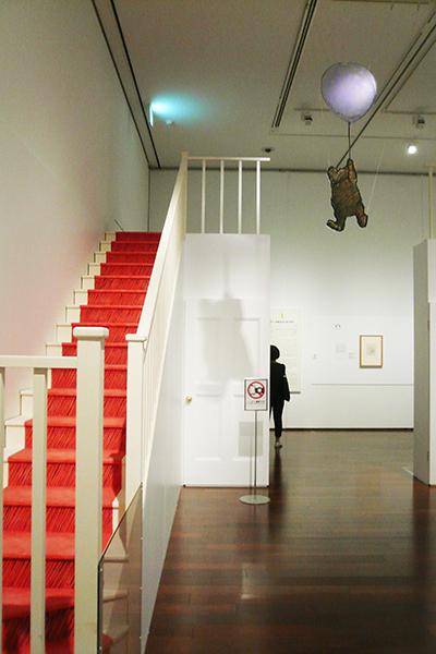 階段は、お話の中の世界から現実の世界へもどる象徴的な存在