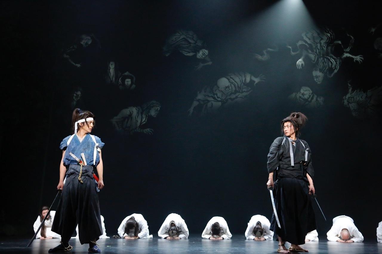 前回公演の舞台写真 左から 溝端淳平、藤原竜也