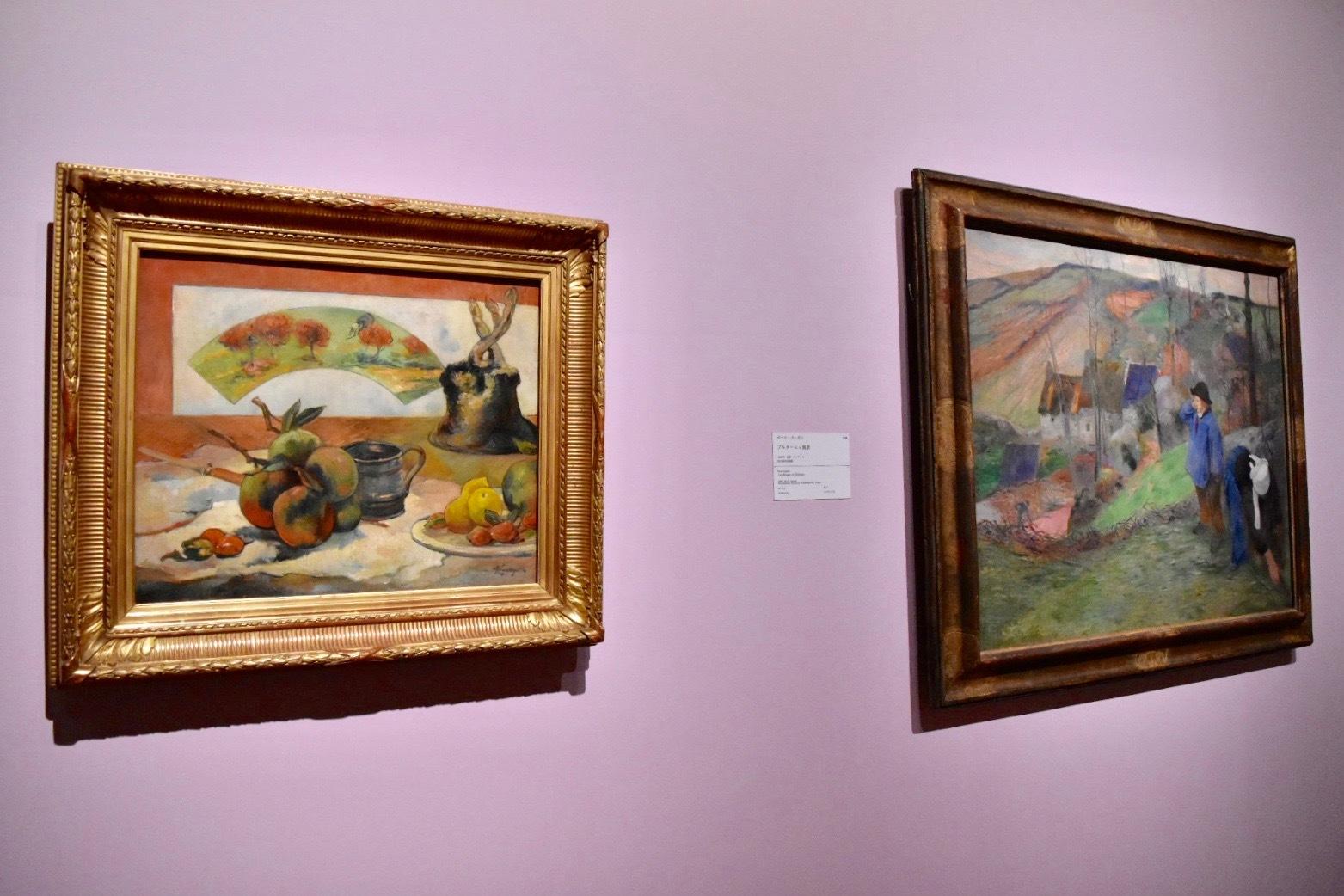 左:ポール・ゴーガン 《扇のある静物》 1889年頃 オルセー美術館蔵 右:ポール・ゴーガン 《ブルターニュ風景》 1888年 国立西洋美術館蔵