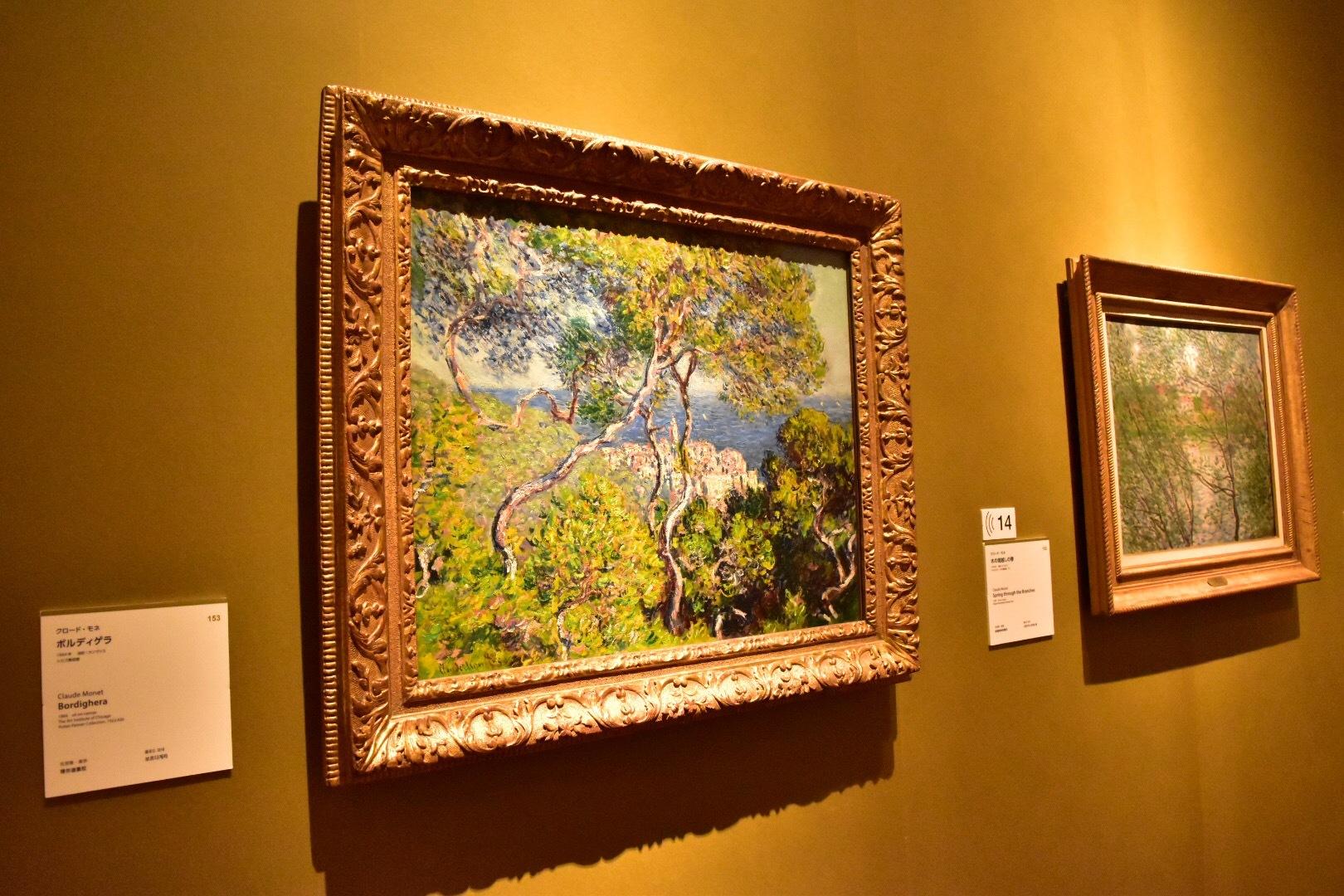 左:クロード・モネ《ボルディゲラ》1884年 シカゴ美術館 右奥:クロード・モネ《木の間越しの春》1878年 マルモッタン・モネ美術館、パリ