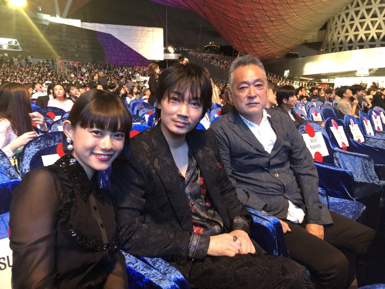 左から、杉咲花、綾野剛、瀬々敬久監督