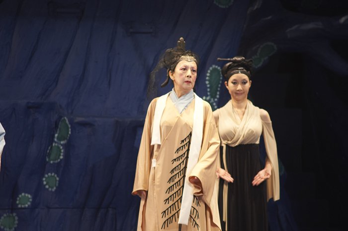 NODA・MAP『贋策 桜の森の満開の下』ゲネプロより(左から)銀粉蝶、村岡希美