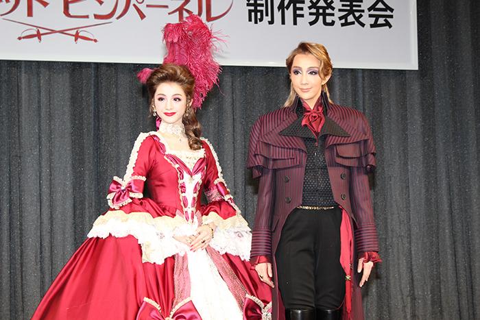 (左から)綺咲愛里、紅ゆずる