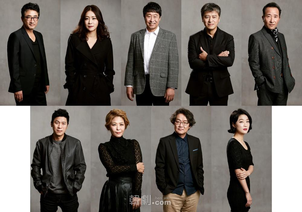 初演メンバー中心のOBチーム(上段左から)リュ・テホ、イ・ハンナ、イ・デヨン、クォン・ヘヒョ、ユ・ヨンス (下段左から)キム・レハ、ファン・ソクジョン、チャ・スンべ、コン・サンア