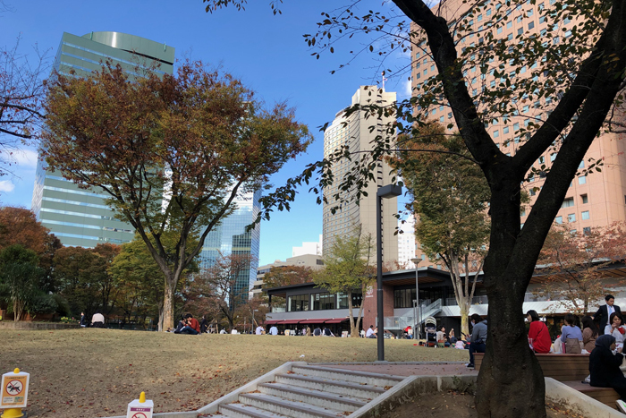 かつて状況劇場による新宿中央公園事件が起きた場所の付近で、2020年7月に新施設「SHUKUNOVA]」がオープン