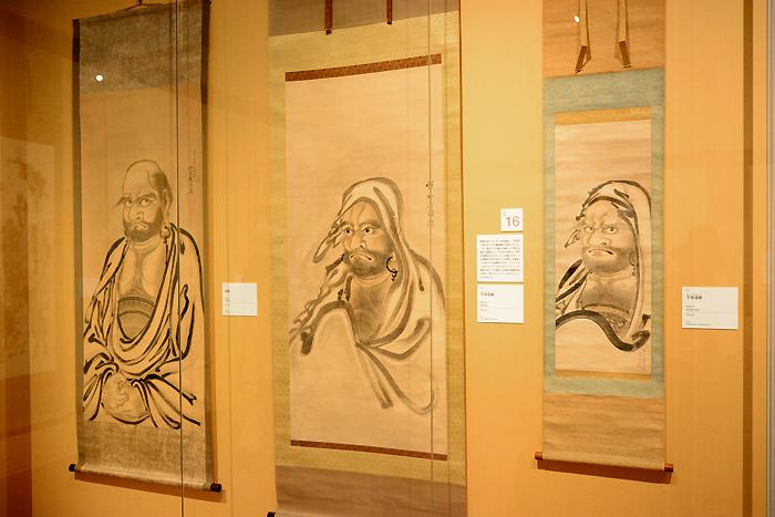 河鍋暁斎(左から)《達磨》明治21(1888)年、《半身達磨》明治18(1885)年、《半身達磨》明治6(1873)年 イスラエル・ゴールドマン コレクション Israel Goldman Collection,Lodon