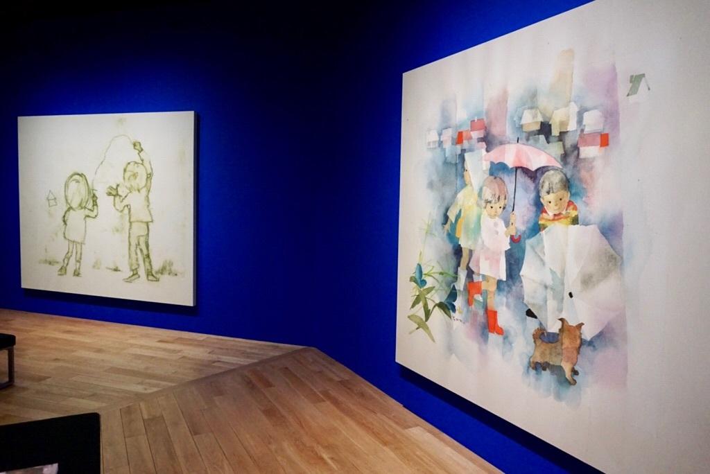 (右)《子犬と雨の日の子どもたち》(左)《落書きをする子ども》 2017年 ピエゾグラフ ちひろ美術館蔵