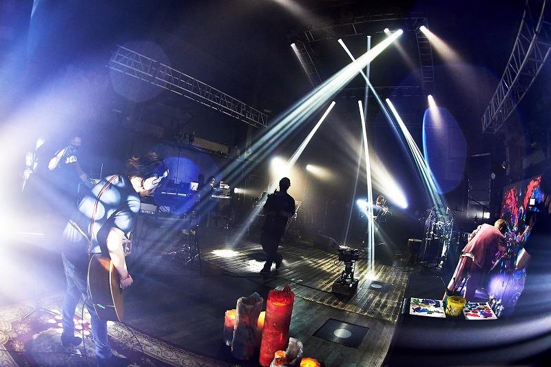 ロックの日に4年ぶりの死闘を見せたSUGIZOとINORAN 演奏に合わせてライブペイントも行われた 撮影:KEIKO TANABE