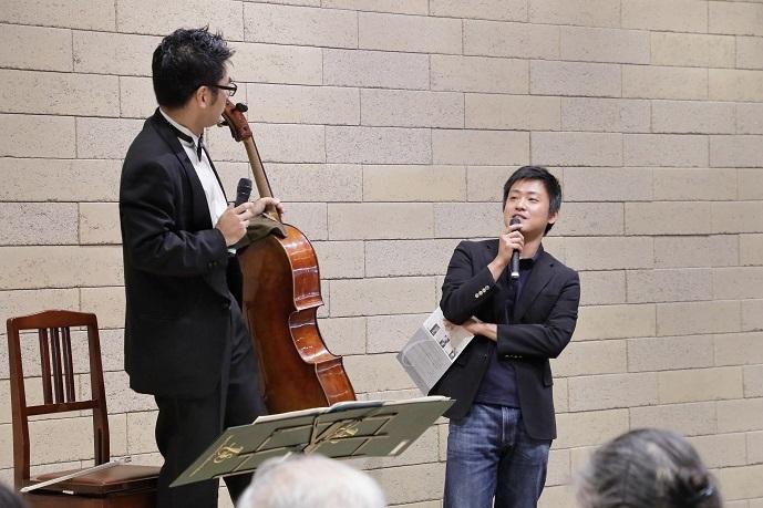 「プレパフォーマンス&トーク」を企画する柿塚氏が首席チェロ奏者 北口大輔氏に質問中