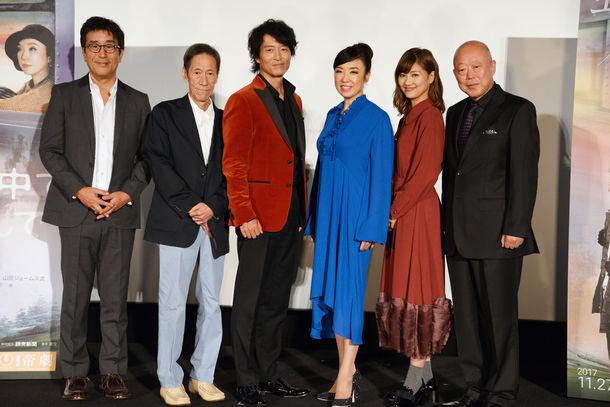 左から松任谷正隆、斎藤洋介、寺脇康文、松任谷由実、宮澤佐江、六平直政。