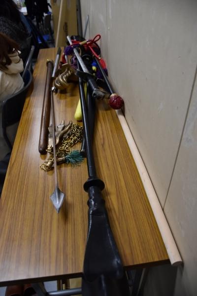 様々な武具が稽古場に置かれている