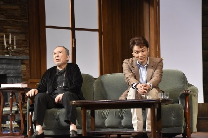 橋爪功×井上芳雄、二人の俳優が生む心理ゲーム『謎の変奏曲』が開幕!~ゲネプロレポート