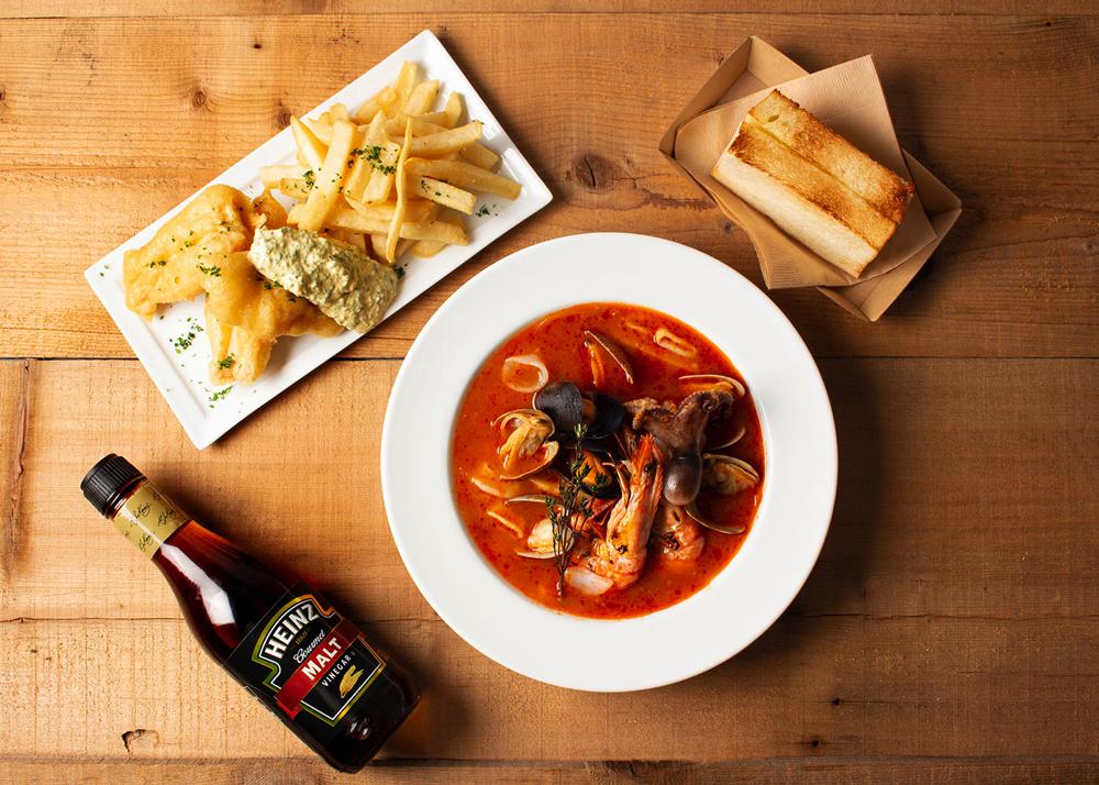<The Bowl Steakhouse>5種魚介のブイヤベース ブレッド付・豊洲フィッシュアンドチップス