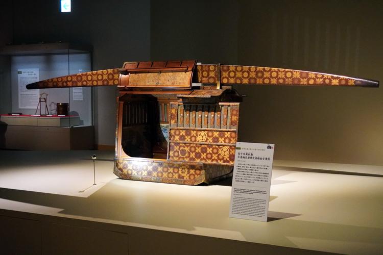 右:《梨子地葵紋散松菱梅花唐草文様蒔絵女乗物》元禄11年(1698) 東京都江戸東京博物館