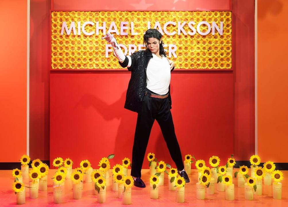 マイケル・ジャクソン追悼企画『ひまわりインフィオラータ』 The images shown depict wax figures created and owned by Madame Tussauds.