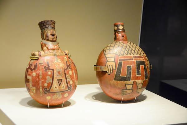 《多彩色の水筒型壺》2点 ワリ文化 ペルー文化省・国立考古学人類学歴史学博物館