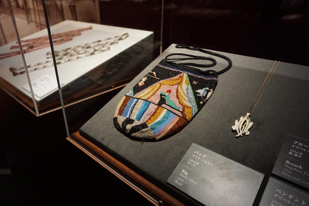 (中央)マリア・リカルツ《バッグ》1919年 島根県立石見美術館所蔵