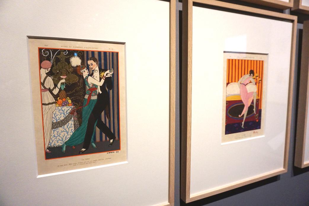 (左手前)ジョルジュ・バルビエ《ダンス》『モード・エ・マニエール・ドージョルドゥイ』1914年 島根県立石見美術館所蔵 (右)シャルル・マルタン《ミュール》『モード・エ・マニエール・ドージョルドゥイ』1913年 P1.4. 島根県立石見美術館所蔵