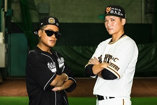 ELLY(左)と坂本勇人内野手