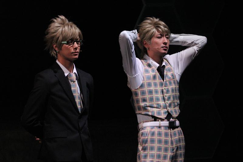 (左)ウイルス役 富永勇也/(右)トリップ役 吉岡 佑