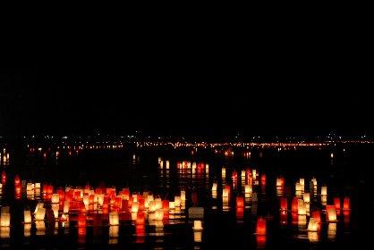 約1万個の燈籠が宮津湾を埋め尽くす 海に浮かぶ幻想的な灯りと夜空にはじける優雅な花火