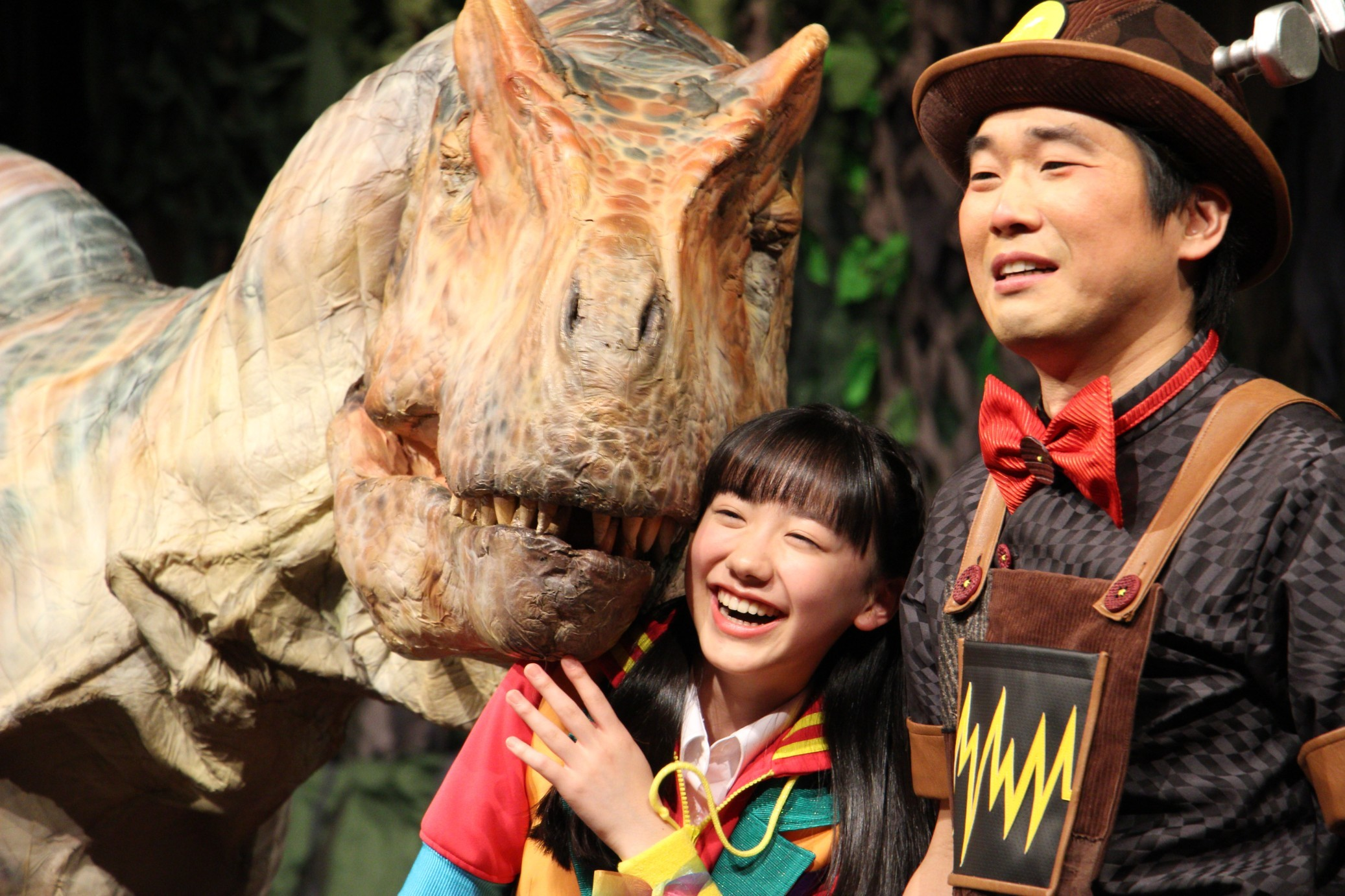 恐竜になつかれる芦田愛菜 『世界一受けたい授業 THE LIVE 恐竜に会える夏!!』制作記者発表