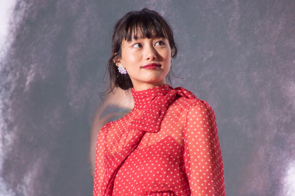 """忽那汐里は""""デップー""""カラーのドレスで登場。"""