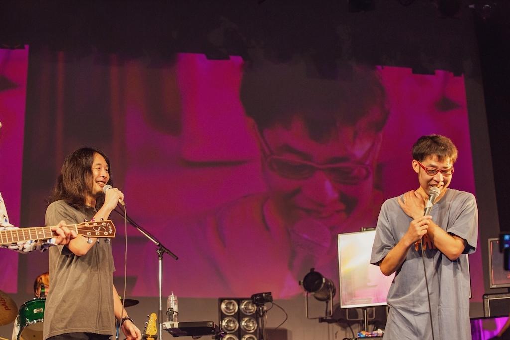 左:HEY-SMITH・猪狩秀平(Gt) 右:ゴッチ(Gt)