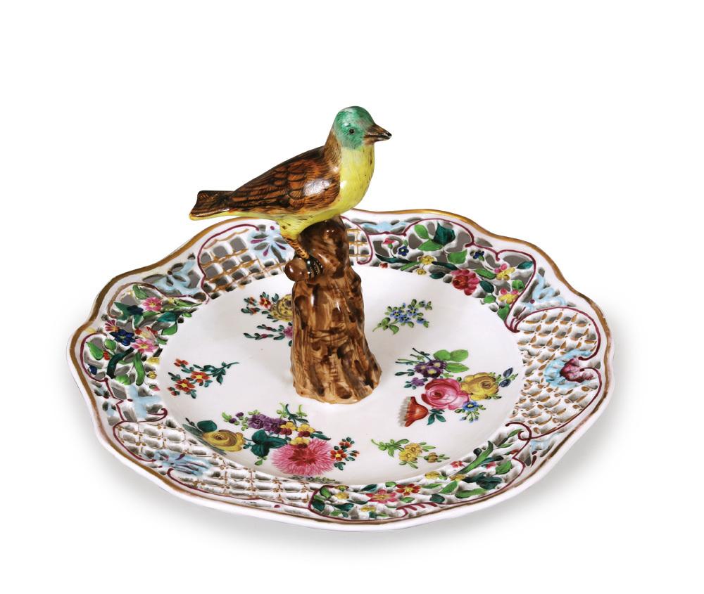 《色絵金彩花束文鳥飾り果物皿》 1880年頃 ヘレンド磁器美術館蔵