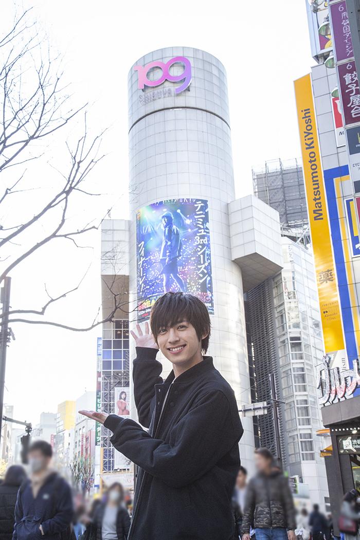 SHIBUYA109の巨大シリンダー広告前で 阿久津仁愛