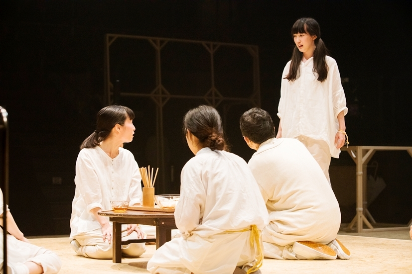 マームとジプシー『ΛΛΛ かえりの合図、まってた食卓、そこ、きっと――』(過去公演より) ©井上佐由紀
