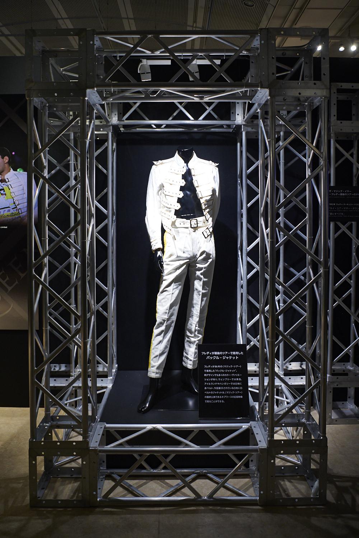 フレディが「マジック・ツアー」最終公演などで着用したバックル・ジャケット
