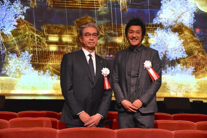 明治座の三田芳裕社長(左)とチームラボの猪子寿之代表