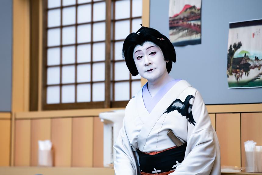 撮影の合間。鬘は『獨道中五十三驛』で、弥次郎兵衛女房おやえを勤めた時と同じ、天神と呼ばれるタイプ。