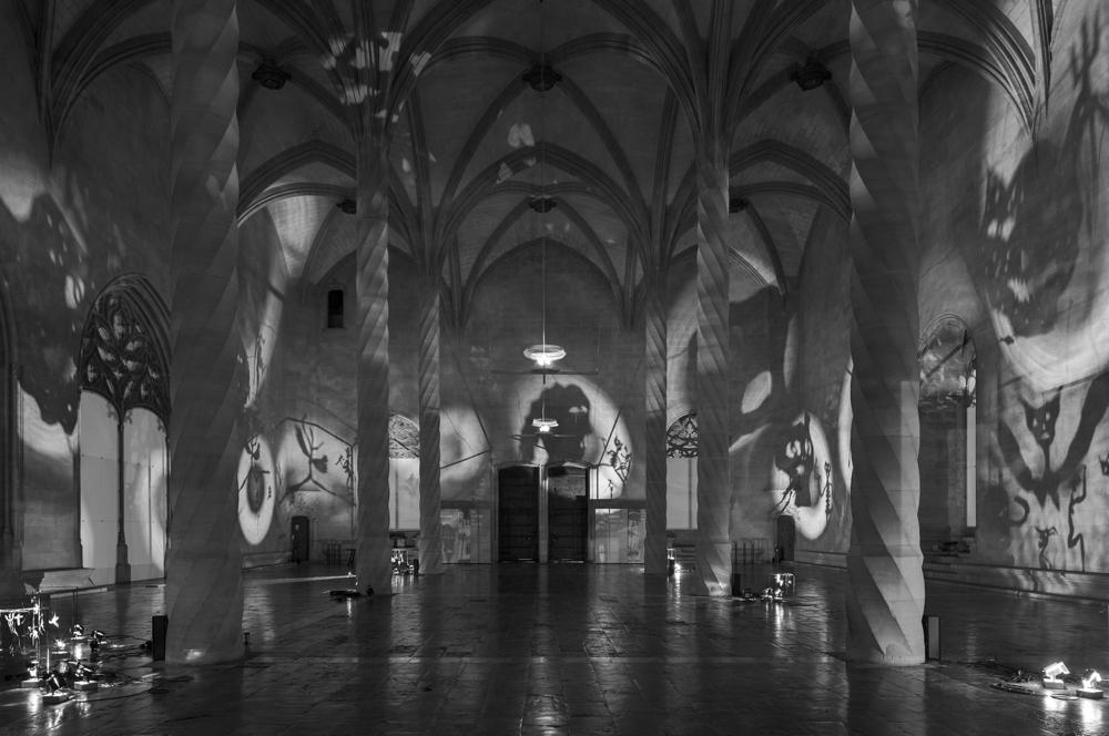 《影(天使)》 1985 / フィギュア、スポットライト、可動式台座、金属フレーム、送風機 / 作家蔵 (C) Christian Boltanski / ADAGP, Paris, 2019,  Courtesy KEWENIG, Berlin | Palma, Photo by Stefan Müller