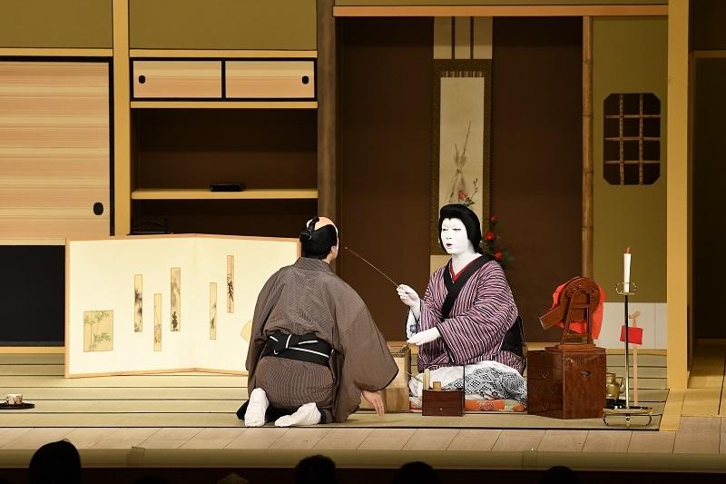 『八月花形歌舞伎』『与話情浮名横櫛 源氏店』左から、片岡亀蔵、中村児太郎。筆の柄が長い!劇中では舶来品という設定に。 (C)松竹