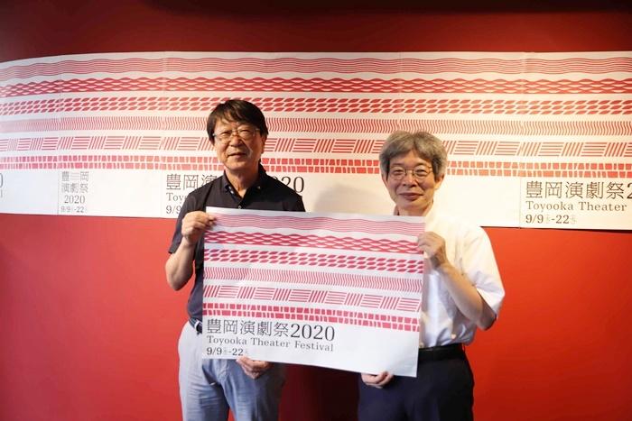 [江原河畔劇場]ロビーで[撮影]に応じる、中貝宗治豊岡市長(左)と平田オリザフェスティバルディレクター(右)