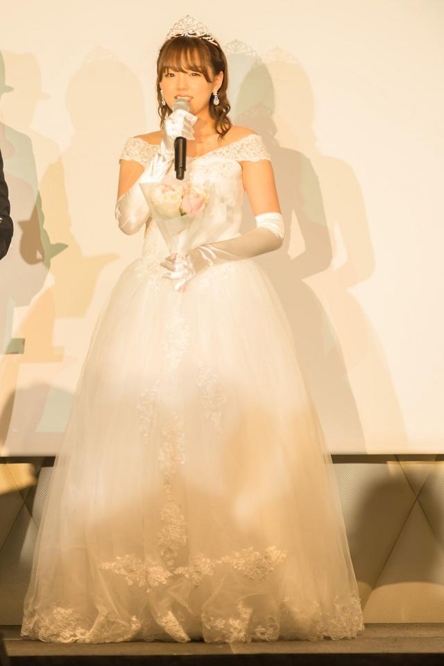純白のウェディングドレスで登場した篠崎愛